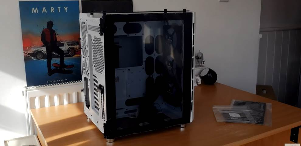 Image of Corsair Crystal 680x being unboxed