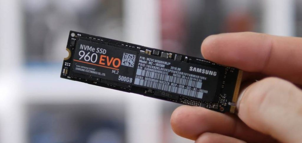 Image of a person holding the Samsung 960 evo