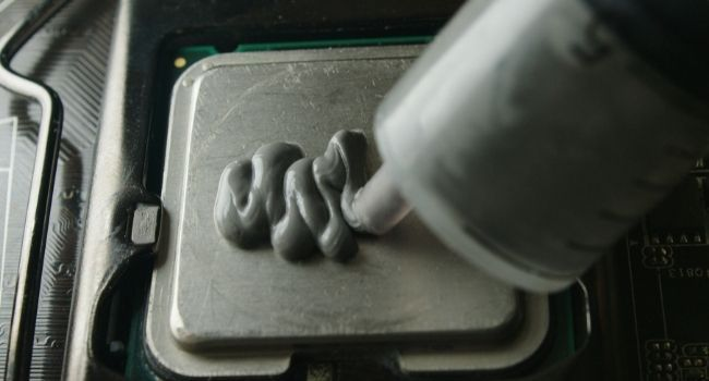 Applying thermal paste on a cpu